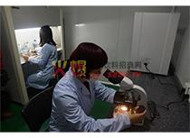 台湾技术人员进行生化检测