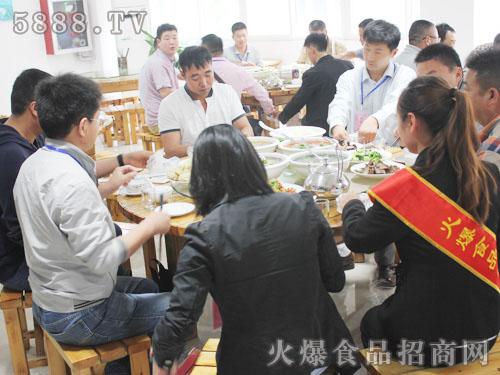 火爆食品网招商顾问们和企业家们一起吃饭