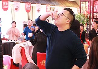 火爆网何总举杯祝福火爆再创辉煌!