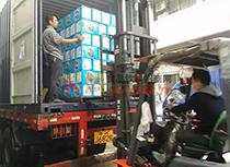 丰盛饮料运货车装货