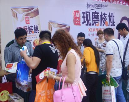 火爆食品大讲堂郑州站,超六现磨核桃签单不断,激发订货