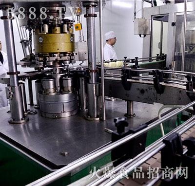 易拉罐灌装机产品图