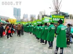 看,绿色的风衣,旁大的队伍,那真叫一个帅!