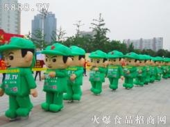 可爱的小军人在向众人打招呼
