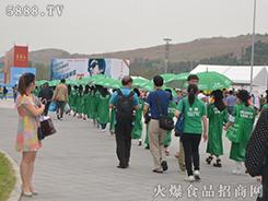 身穿绿衣,手打绿伞,火爆战士重庆糖酒会上再次成为焦点