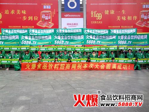 绿色宣传队穿越在拥挤的人群