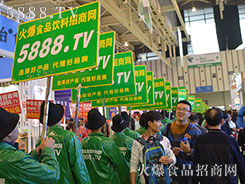 火爆食品网团队身着绿风衣亮相南京糖酒会引爆会场焦点!