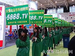 火爆食品网精彩亮相南京糖酒会,还是黑色礼帽,还是绿色风衣!
