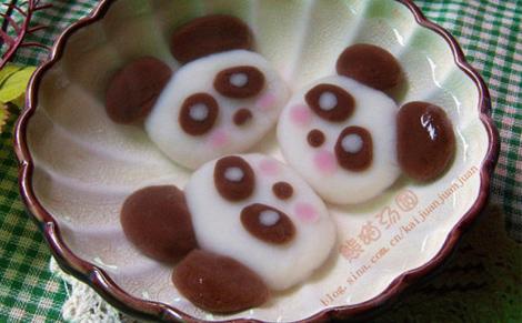 12贴在做好的汤圆上.可爱的小熊猫汤圆就做好啦!