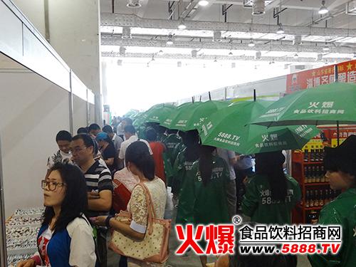 火爆战士身穿绿装、打绿伞再启征程