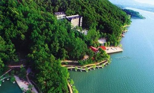 二郎山景区位于舞钢市石漫滩水库南岸,紧邻市区,是石漫滩国家森林