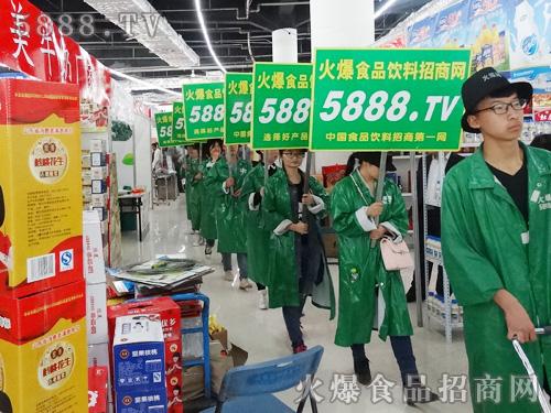 2015年山东省糖酒商品交易会火爆人一直穿梭在展会现场