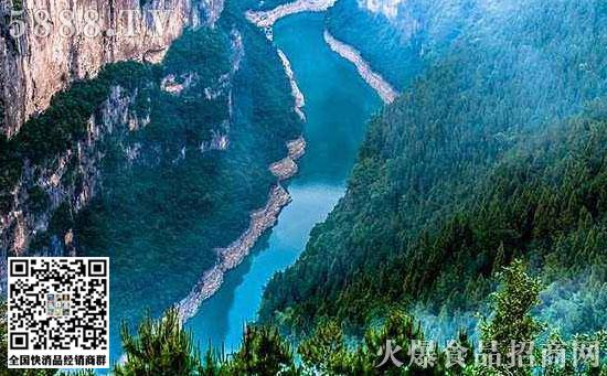重庆食品加工展旅游景点推荐 小三峡被称为天下奇峡,包括龙门峡、巴雾峡、滴翠峡,毗邻大三峡。小三峡的特色是秀美,巫山红叶很漂亮,而且小山峡绚丽的风光迷人让人留恋。 小三峡是大宁河下游流经重庆巫山境内的龙门峡、巴雾峡、滴翠峡的总称,是国家AAAA级旅游景区,被评为中国旅游胜地四十佳。小三峡景区内有多姿多彩的峻岭奇峰,变幻无穷的云雾缭绕,清幽秀洁的飞瀑清泉,神秘莫测的悬崖古洞,茂密繁盛的山林竹木,是一处玲珑奇巧的天然盆景;区内猴群嬉戏,水鸟纷飞,鱼儿畅游,是一种名不虚传的风景动物园;有迷存千古的巴人悬棺、船