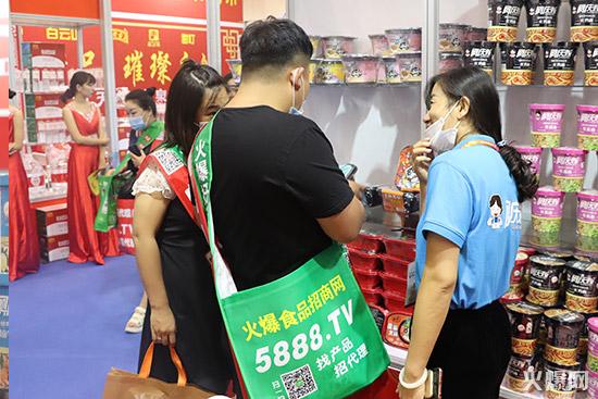 山东阿庆嫂食品展位上经销商咨询