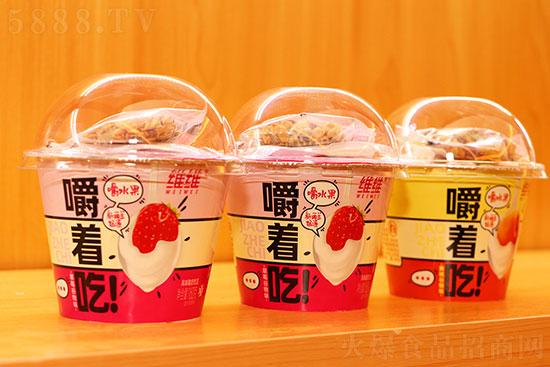 �S�S嚼著吃水果�L味酸奶